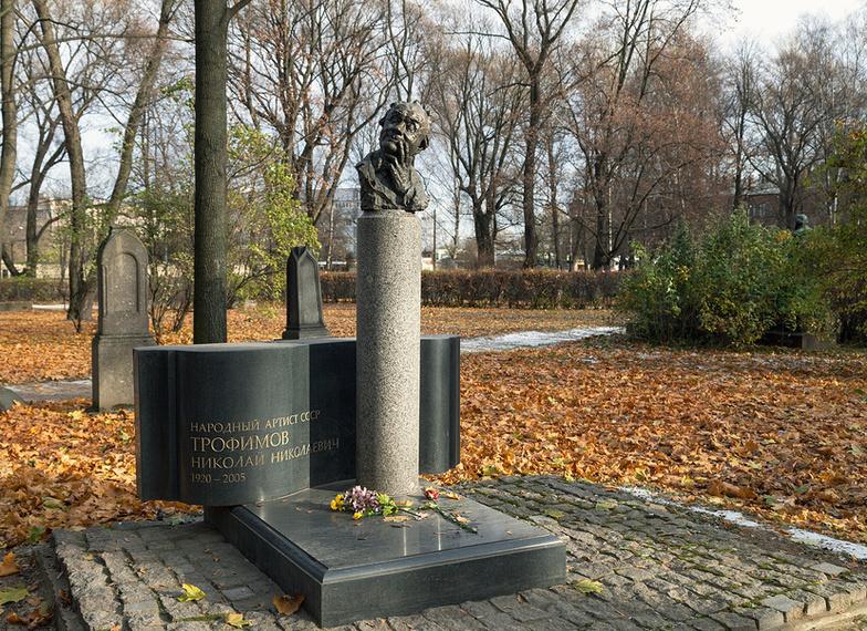 Литераторские мостки Волковского кладбища Путеводитель